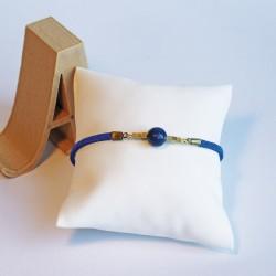 Bracelet doré suedine bleu et perle Lapis lazuli