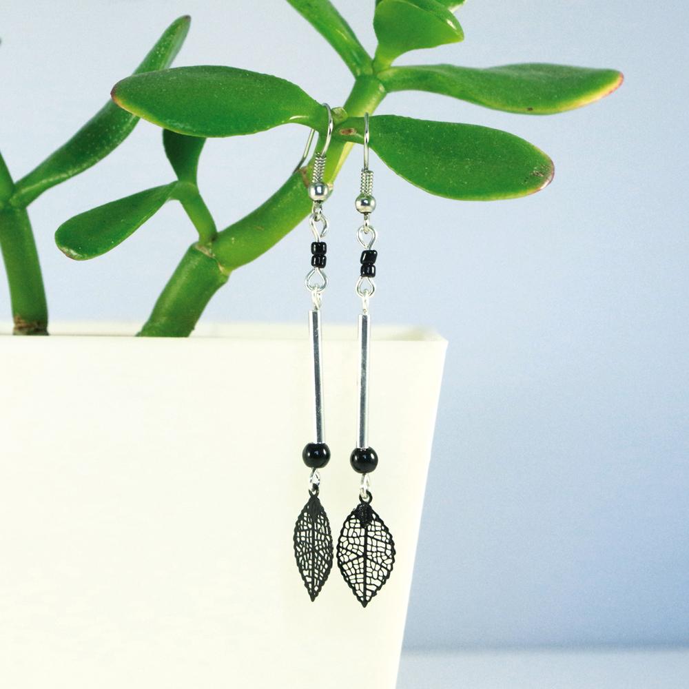 Boucles d'oreilles argentées feuilles noires