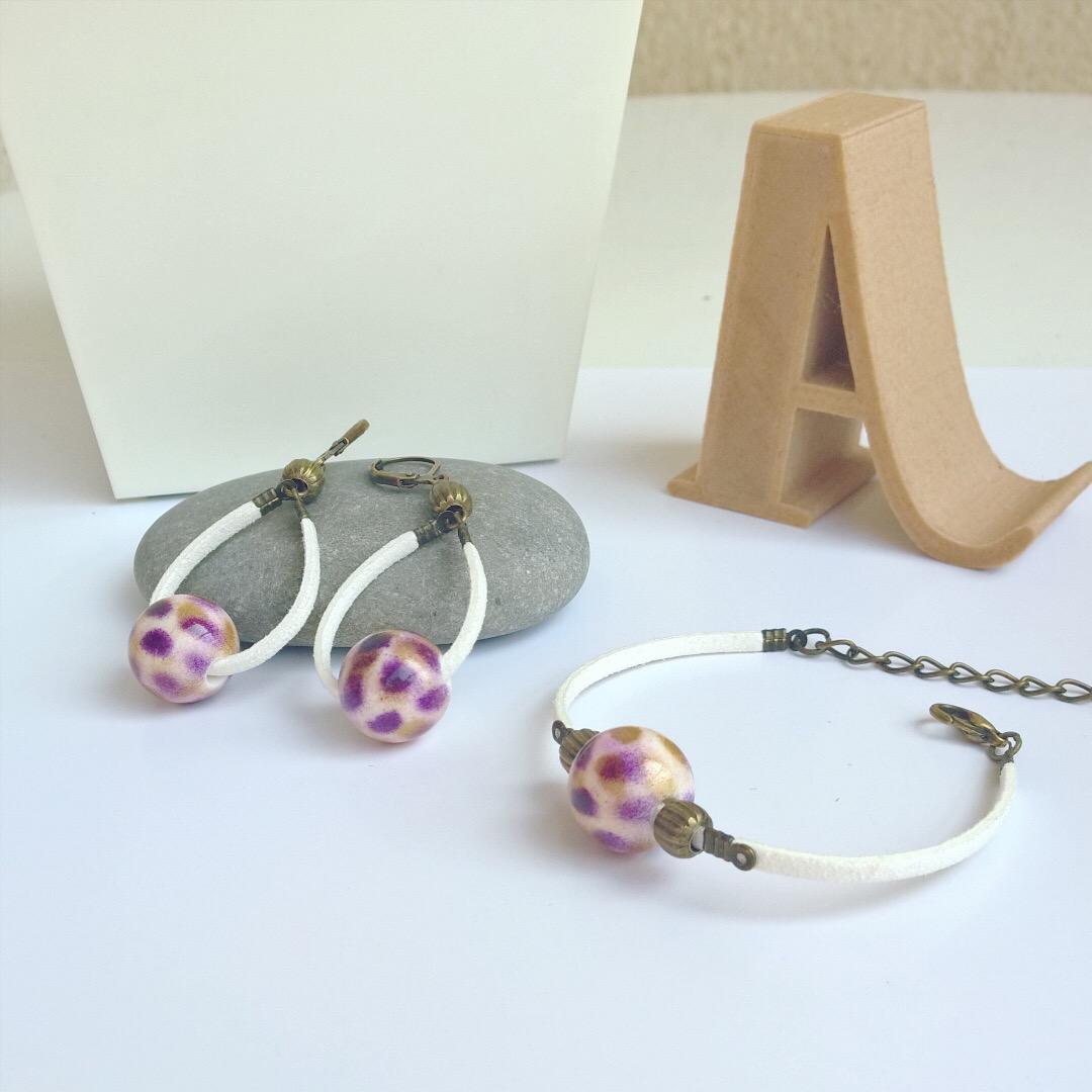 Parure boucles d'oreille et bracelet suédine blanche et perles mauves dorées